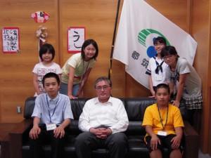 吉田区長と記者たちの記念撮影